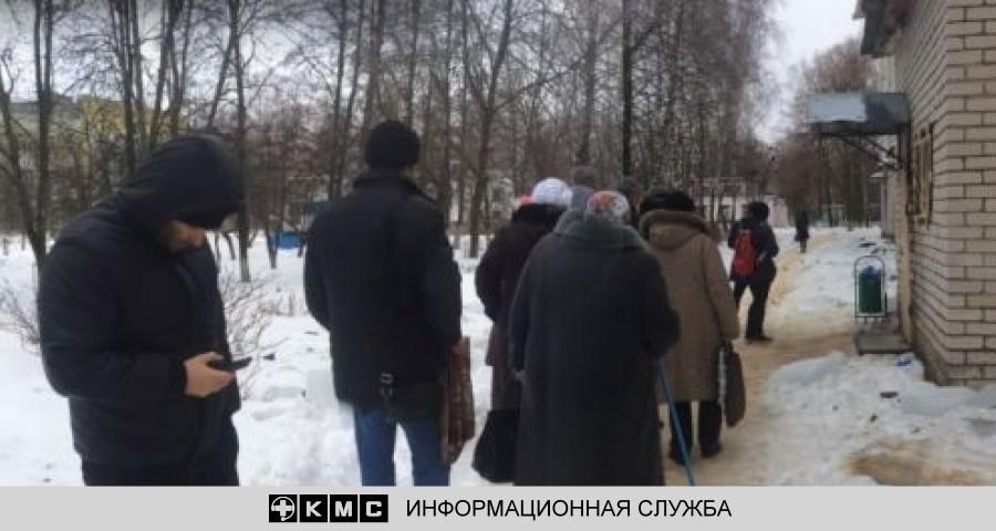В Орле пожилые пациенты больницы вынуждены стоять в очереди на улице в мороз
